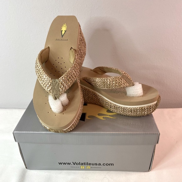 NWT!!! Volatile Achiva flip flops color: Natural 9